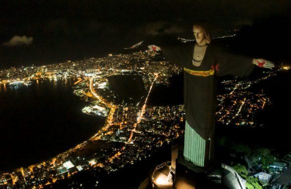 "Ato inédito no Brasil reforçou o ""X"" da intolerância: Cristo veste Sinal Vermelho"